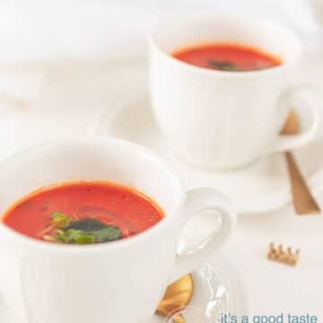 twee kopje met rijk gevulde tomatensoep van verse tomaten gemaakt.