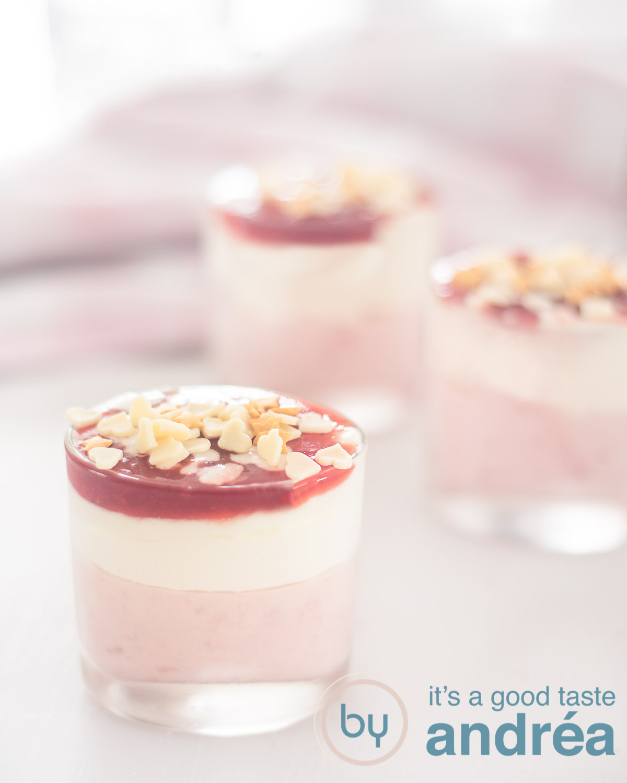 aardbeien mousse en witte chocolade mousse in een glaasje