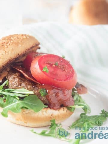 broodje hamburger de luxe op plank