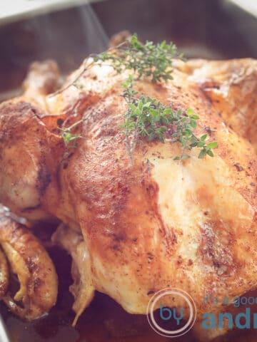 Een hele kip in een ovenschaal