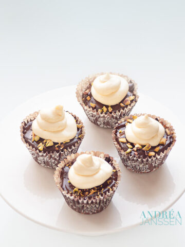 3 chocolade cupcakes - three chocolate cupcakes