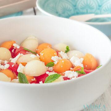 Drie kleuren meloen salade met geitenkaas en munt