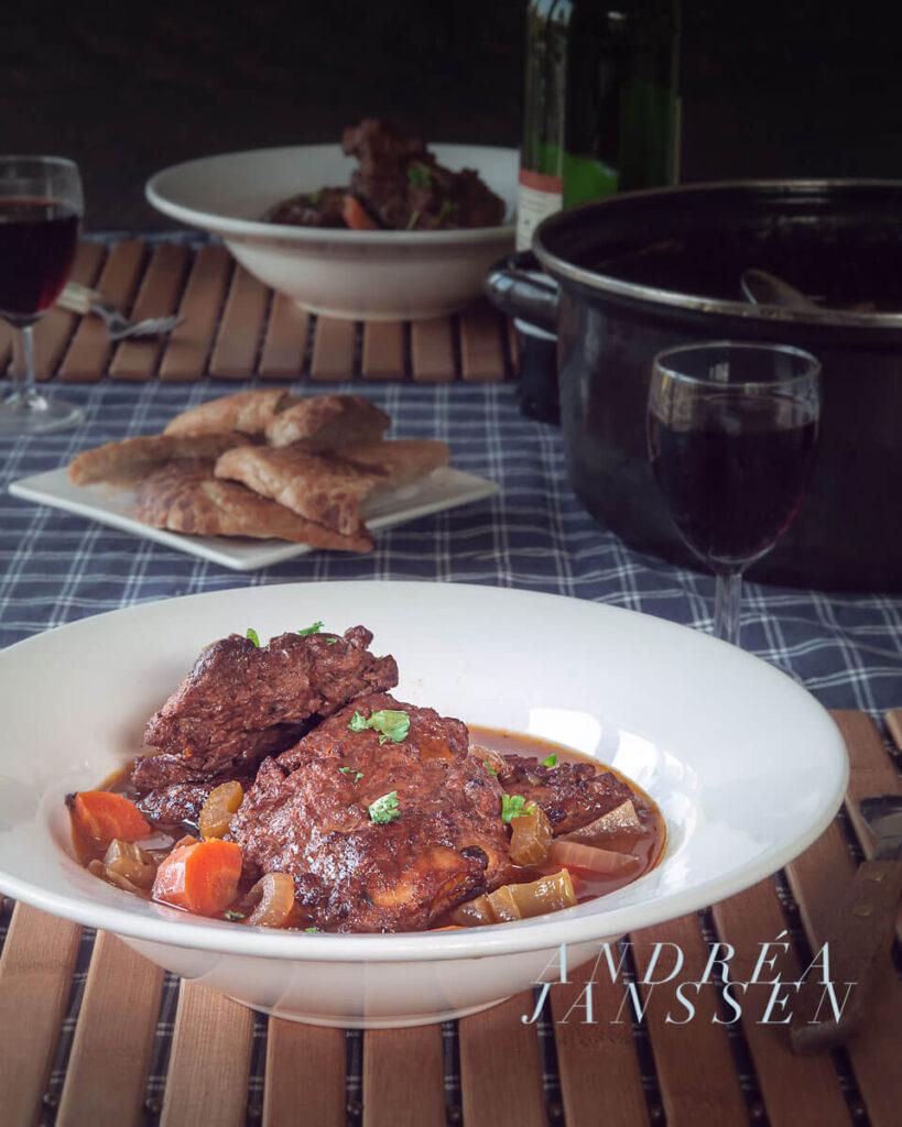 Gestoofde ribjes in rode wijn