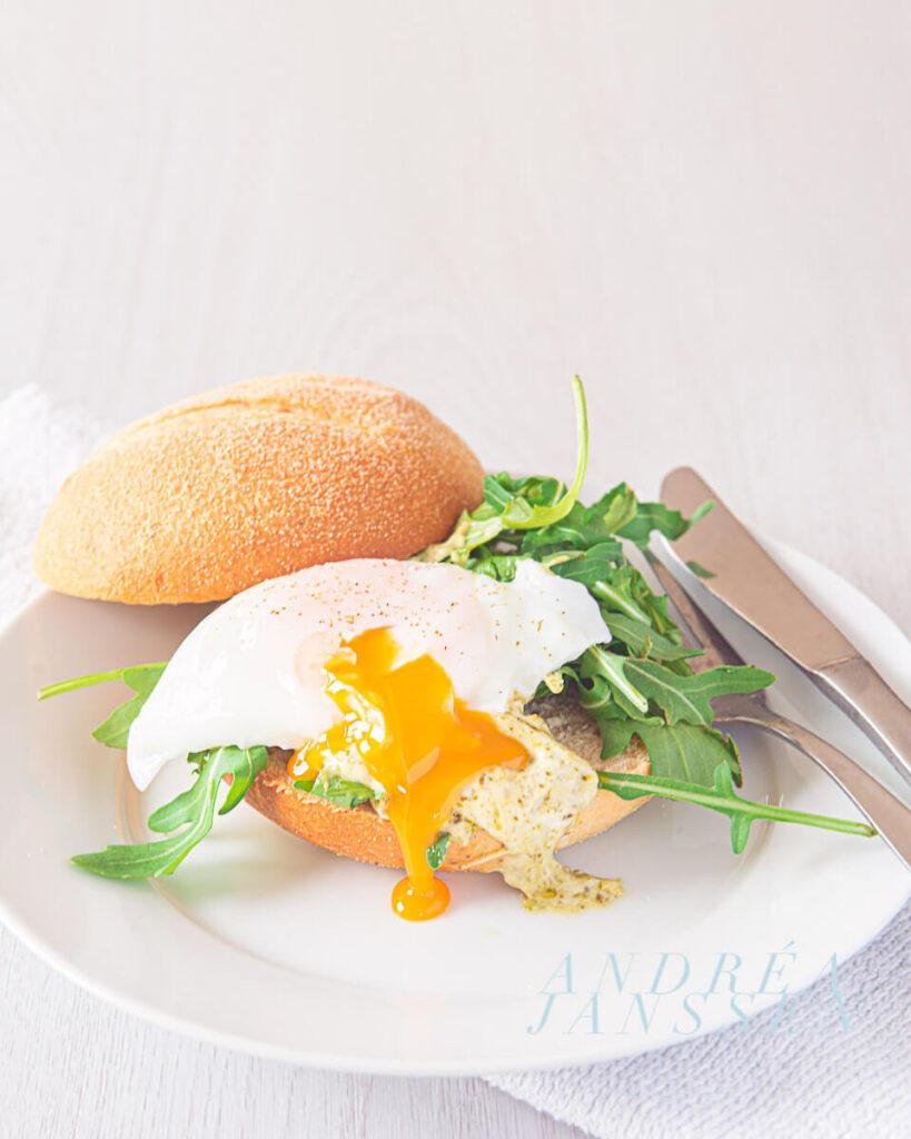 Heerlijk broodje met gepocheerd ei-bewerkt