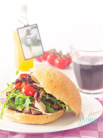 Sandwich met gegrilde biefstuk met gekarameliseerde ui