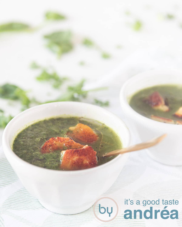 Paksoi spinazie en boerenkool soep met Halloumi in een wit kommetje