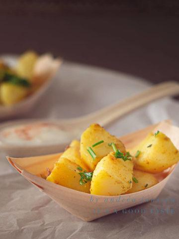 Aardappeltjes met groene kruiden en knoflook yoghurt saus