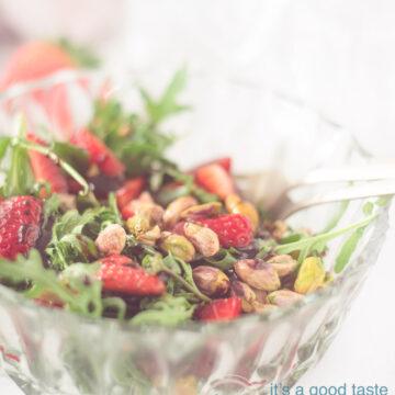Een schaaltje met Aardbeien rucola en pistache salade