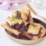 uitgelicht Bladerdeeg hapjes uit de oven met Brie, spek en gekarameliseerde ui