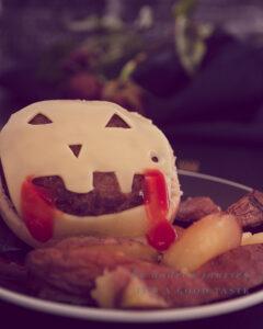 Cheeseburger met huisgemaakte ovenfrietjes Halloween stijl