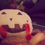 Pin Maak deze heerlijke cheeseburger zelf met ovengebakken frietjes. Gemaakt in Halloween stijl