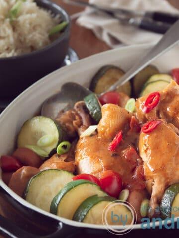 uitgelicht een ovenschotel met courgette, kip en peper in gumbo stijl