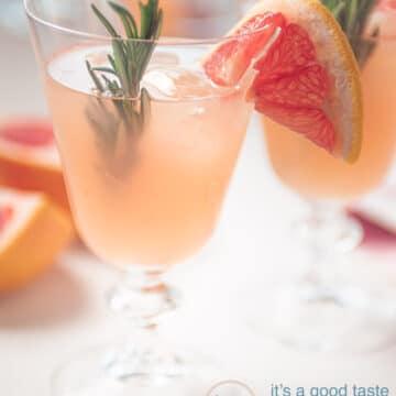 Twee glazen Grapefruit mocktail met rozemarijn garnering rozemarijn en grapefruit
