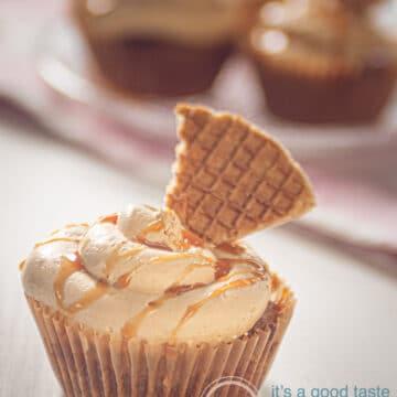 Een stroopwafelcake met stroopwafel op de voorgrond op de achtergrond een aantal cupcakes