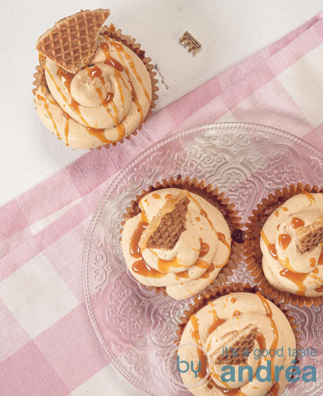 bovenaf 4 stroopwafel cupcakes met karamel en roze geblokte theedoek