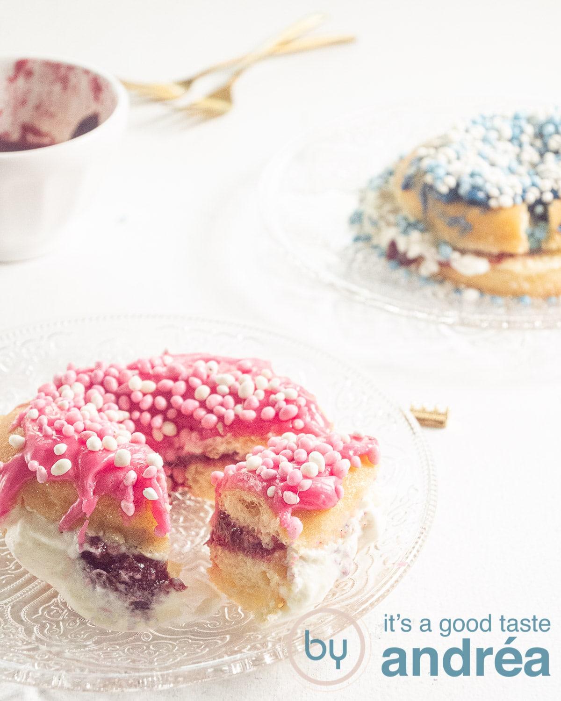twee donuts met blauwe en roze muisjes en jam
