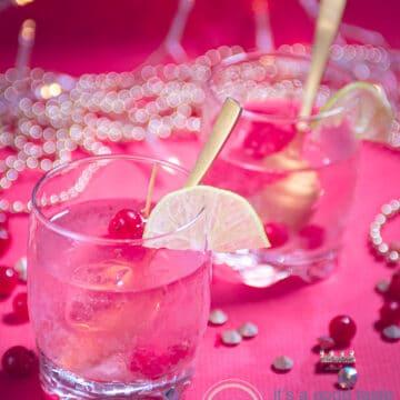 twee glazen met caipirinha op een roze achtergrond