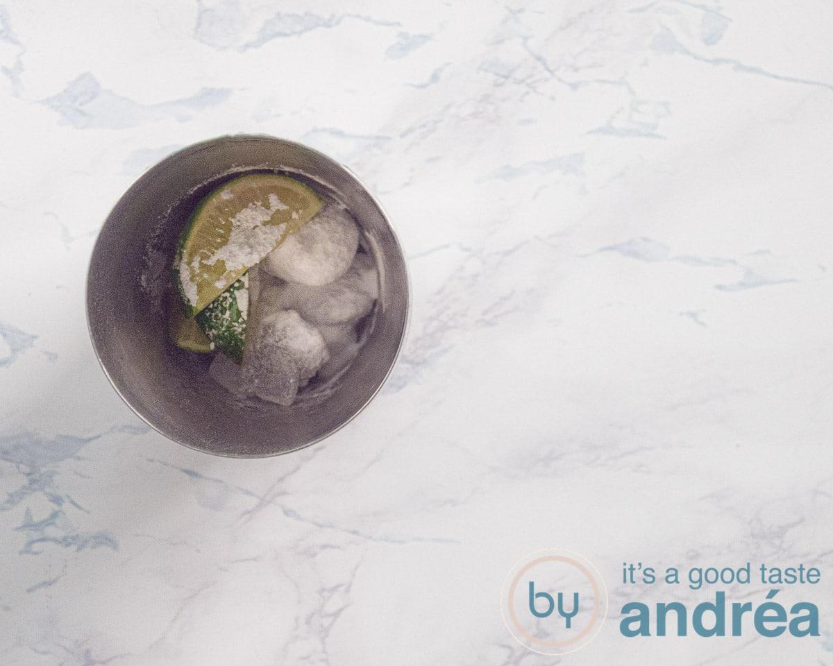 cocktail shaker met limoen en poedersuiker en ijs