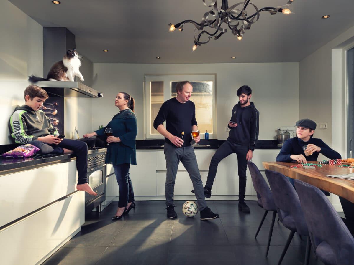 Mijn gezin (5 personen) in de keuken en de kat Rakker