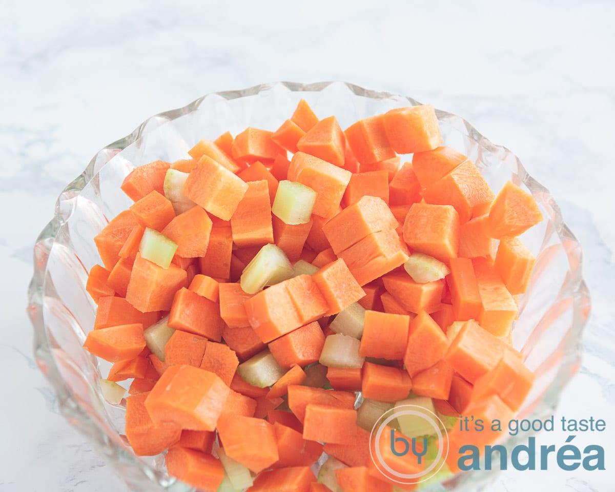 wortels en bleekselderij in blokjes gesneden