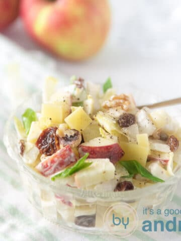 Een vierkante foto met een witlof salade met rozijnen en appel