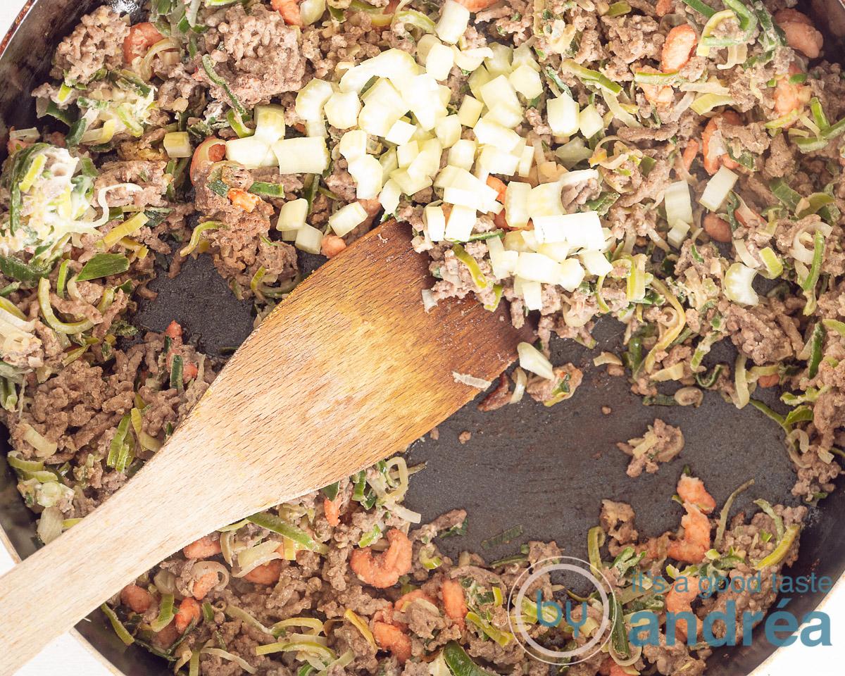 Doe de selderij bij de mini loempia vulling