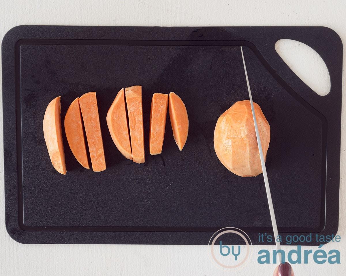 De zoete aardappel wordt in frietjes gesneden