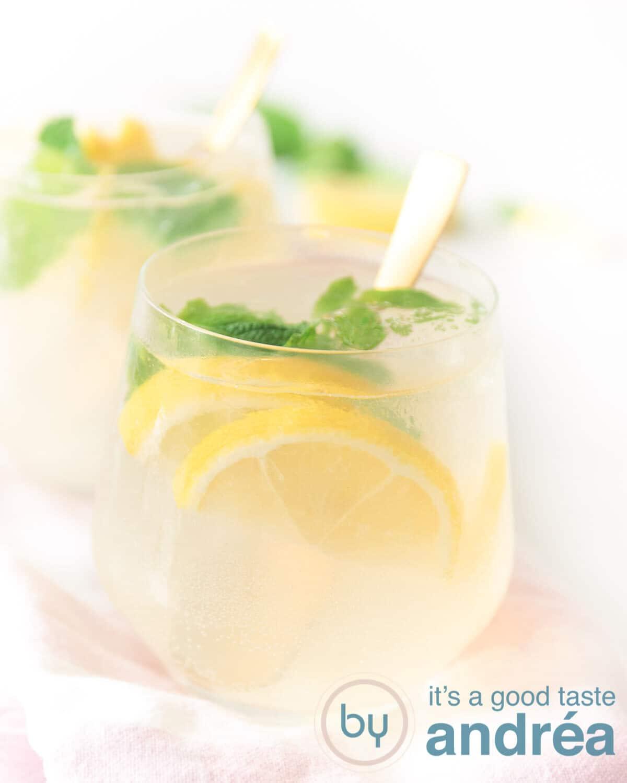 Twee glazen achter elkaar gevuld met een cocktail van Limoncello en Gin.